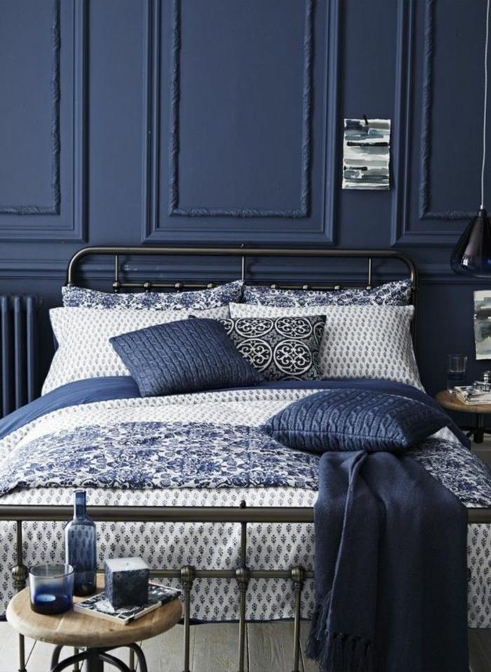 deco chambre adulte bleu couleur bleu saphir avec des coussins en bleu gris et dossier du lit en métal noir