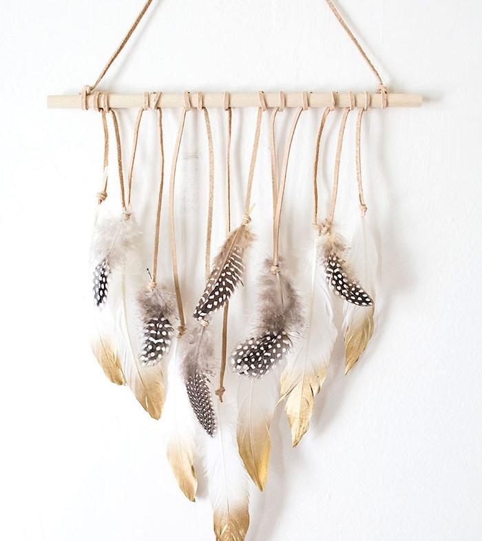 bois flotté diy simple, diy déco chambre, plumes supendues sur une branche de bois à l aide de bandes en cuir