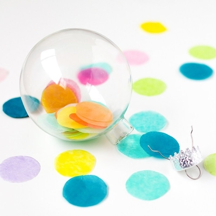 bricolage de noel facile, exemple de boule transparente en plastique remplie de confettis colorés, décoration sapin de noel a faire soi meme