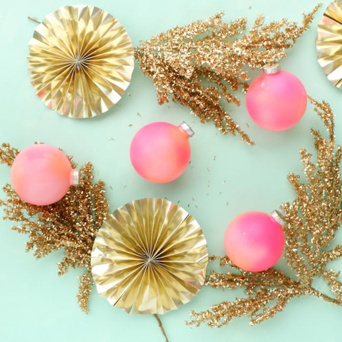sapin de noel decoration, bricolage avec boule de noel transparente, boules décorées de peinture rose, saumon, orange, branches et fleurs en papier dorées