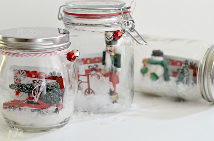 exemple de boule de neige avec des figurines décoratifs noel et neige artificielle, bricolage avec pots en verre, deco de noel a faire soi meme avec recup