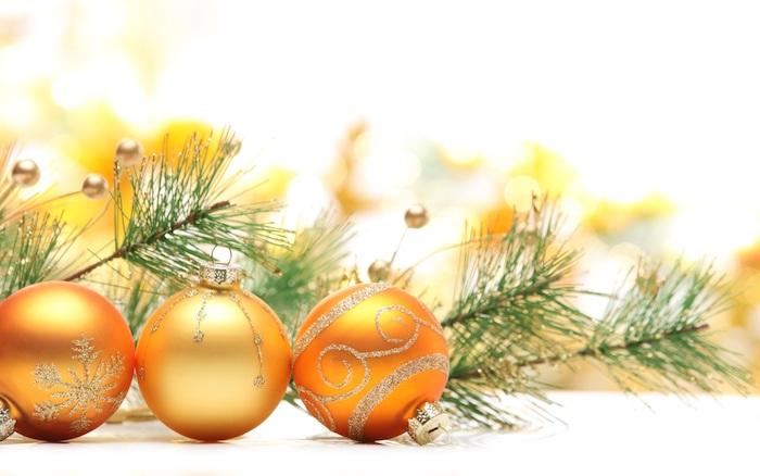 fond d ecran de noel en boules jaunes éclat doré, décoration de motifs et flacon de neige en paillettes grises, branches de pin