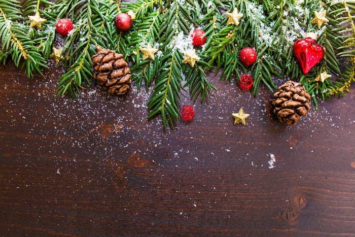 idée de fond d ecran noel, branches de pin, houx, pommes de pin, petites etoiles dorées, neige artificielle