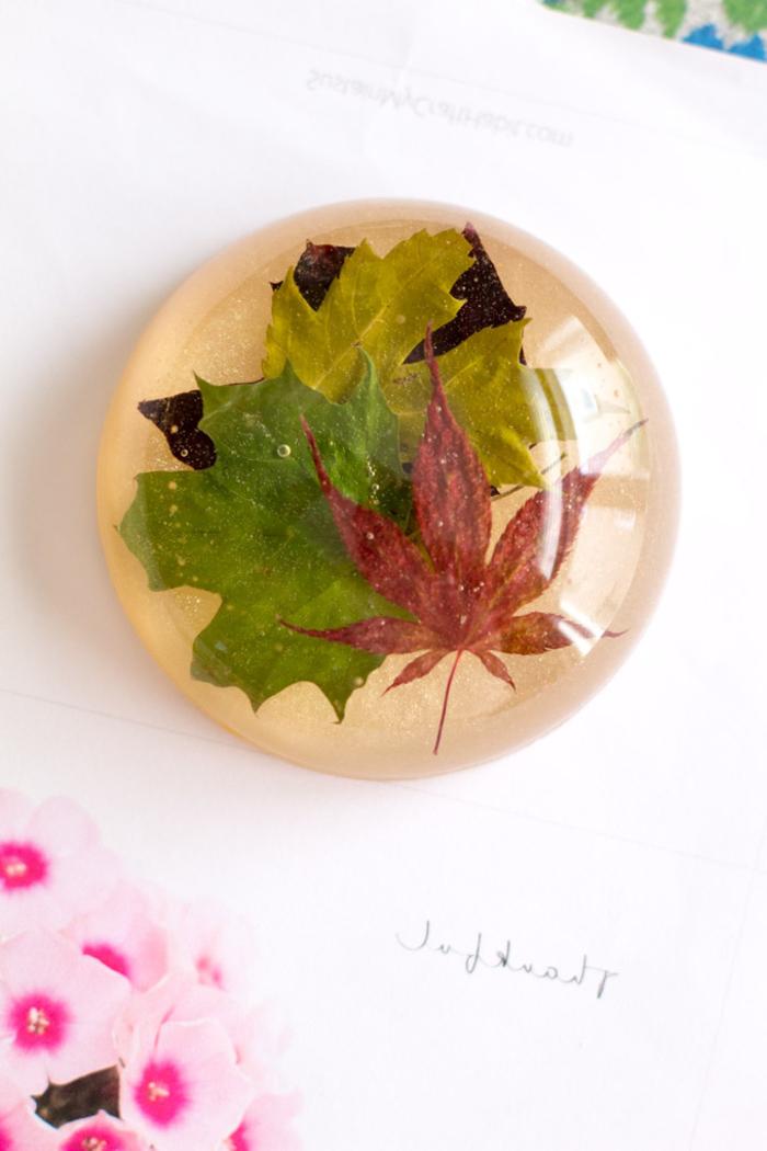 un joli presse-papier en résine avec des feuilles d'érables en inclusion,une activité créative facile pour réaliser de jolis accessoires de bureau en résine