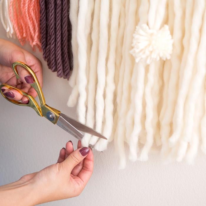 customiser un miroir rond avec une tenture murale en laine, bricolage avec de la laine pour réaliser une jolie déco bohème chic