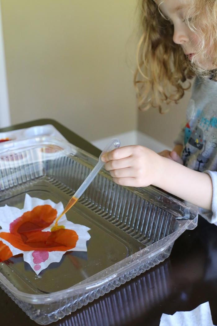 une activité manuelle facile et rapide pour occuper les enfants en automne, des capteurs de soleil diy en forme de feuilles