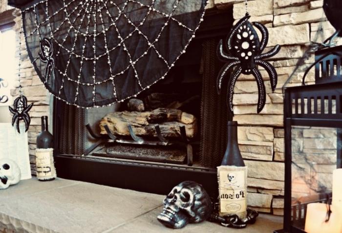 activités halloween, salon avec cheminée en pierres, toile d'araignée noire décorative avec araignées artifielles