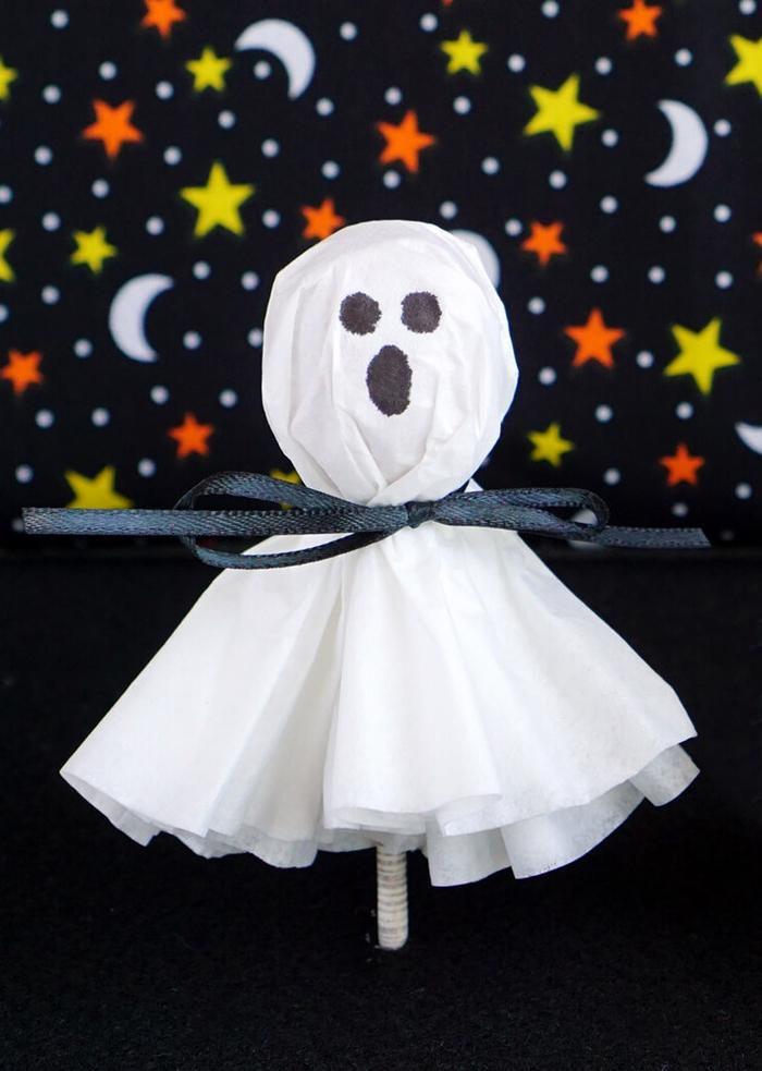 une activité manuelle automne très amusante pour réaliser des fantômes sucettes avec les enfants