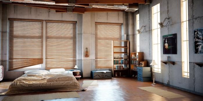 décoration chambre adulte, chambre à coucher loft aux murs béton et plafond avec poutres en bois marron