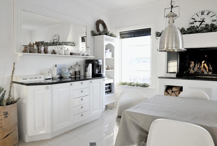 deco scandinave, décoration de noel dans la cuisine scandinave, cheminée blanc et noir, meubles cuisine en blanc et noir