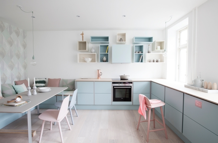inspiration scandinave, les couleurs pastel dans l'intérieur, chaises en rose et bleu pastel, coussins décoratifs à motifs nordiques aux couleurs pastel
