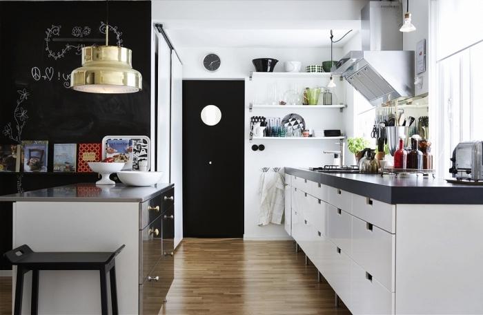 design scandinave, cuisine en blanc et noir avec plancher en bois stratifié, meubles de cuisine en blanc et noir