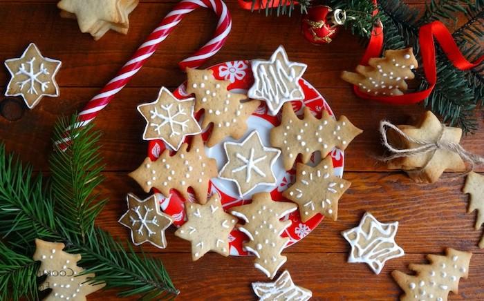 modele de fond d écran noel gourmand, biscuits en forme de sapins de noel, flacons de neige, ruban rouge, canne en sucre, branches de pin vertes