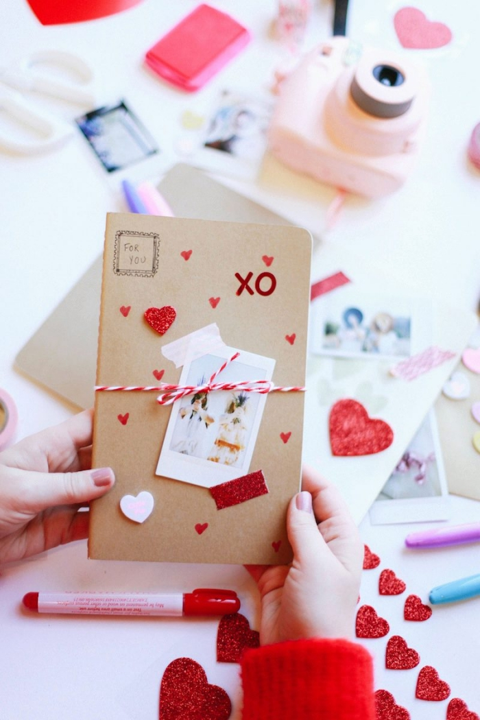 idée cadeau, tutoriel pour faire un carnet Saint Valentin avec photos et coeurs rouges, matériaux pour scrapbooking