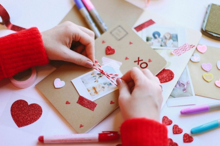 créer un album photo, pull rouge et manucure rose, journal intime au papier recyclé et coeurs glitter rouges