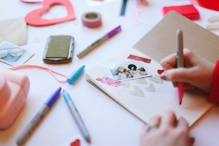 tuto scrapbooking, les étapes à suivre pour faire un album photo pour la Saint Valentine, cahier en papier recyclé