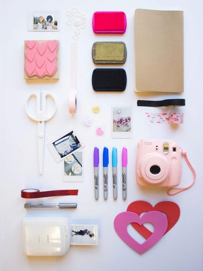 matériel scrapbooking, outils à utiliser pour faire son album personnalisé, appareil photo rose avec paire de ciseaux blancs