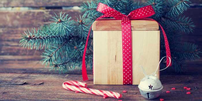 wallapper noel simple, cartede noel gratuite, boite a cadeau en bois, décorée de ruban rouge, branches de pin, canne de sucre