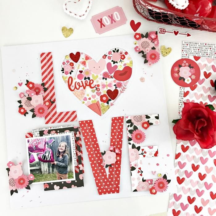 modèle de page scrapbooking, lettres diy en tissu rouge et rose, activité manuelle avec photo enfant et fleurs en papier et tissu