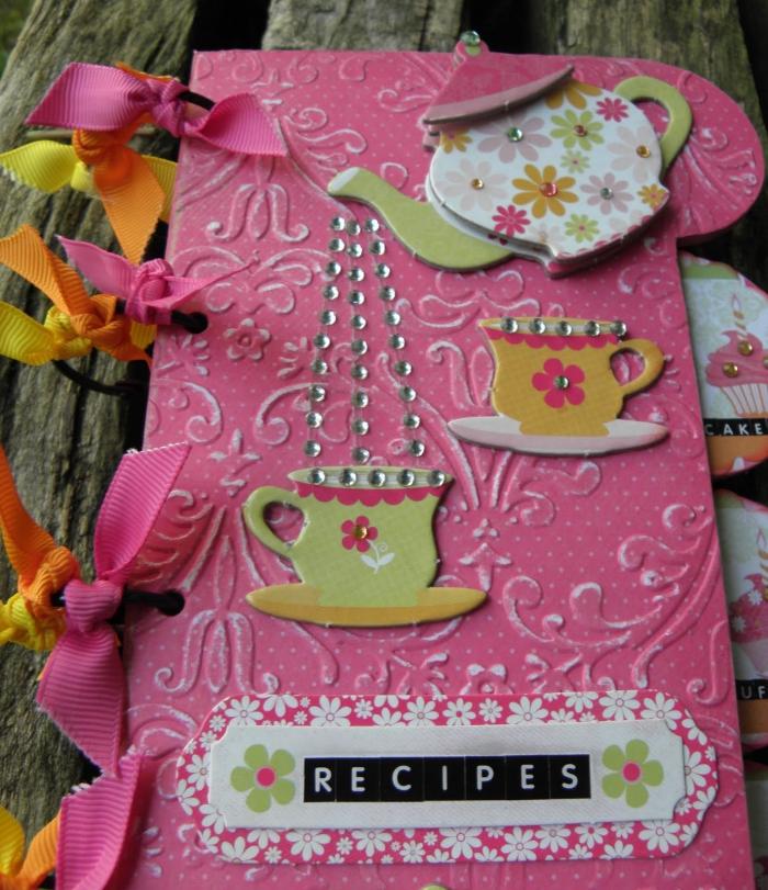 idée cadeau, cahier de recette diy à la couverture rose avec décoration à design service de thé en vert et jaune