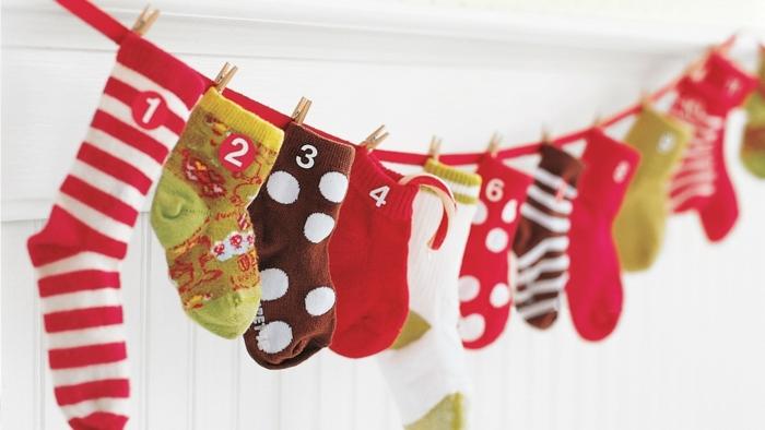 feter le noel avec un calendrier original créé de chaussettes suspendues
