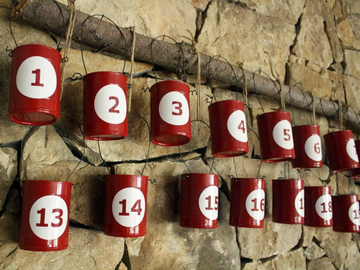 calendrier de l'avent à faire soi-même, boîtes de conserve peintes rouges avec des numéros