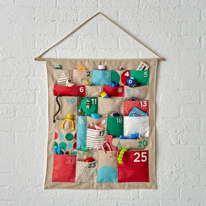 calendrier de l'avant à faire soi-même, créativité amusante, poches sur une toile de jute