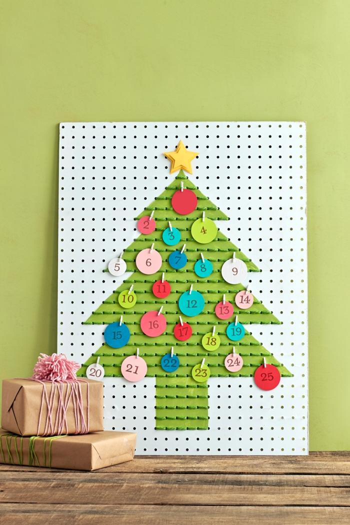 calendrier de l'avant à faire soi-même, un tableau avec sapin de Noel avec surprises