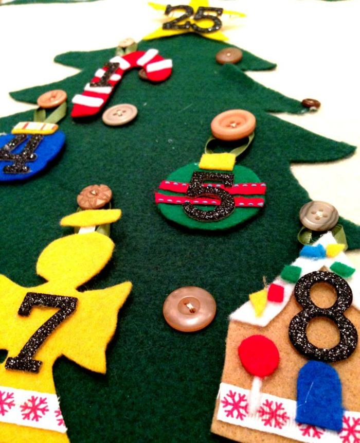 calendrier de l'avant à faire soi-même, anges colorés en feutrine sur un arbre de Noel