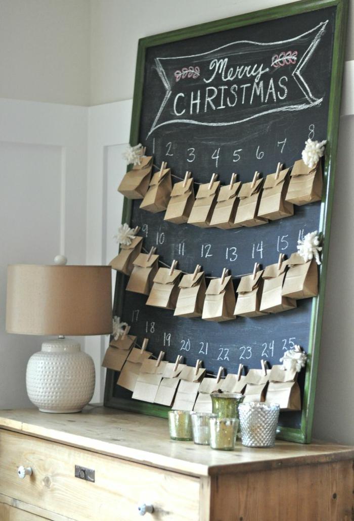 calendrier de l'avant à fabriquer, tableau noir avec des sacs en papier accrochés