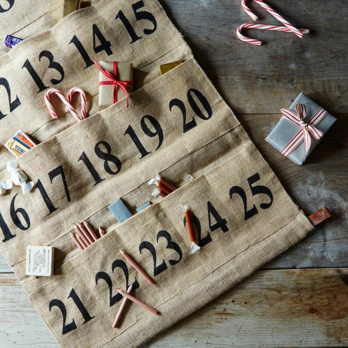 calendrier de l'avent maison, calendrier en toile de jute avec des poches