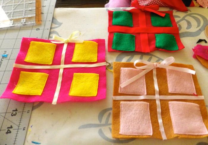 calendrier de l'avent maison, niches en textile colorées pour y mettre de petits cadeaux