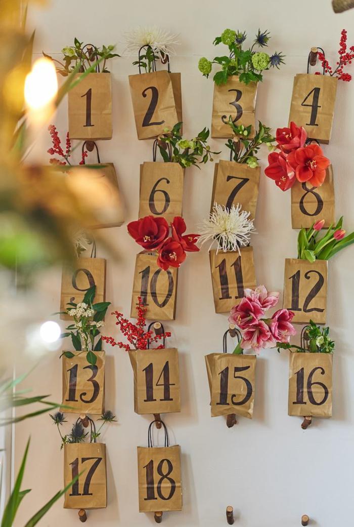 calendrier de l'avent maison, sacs en papier pleins de cadeaux et de plantes artificielles