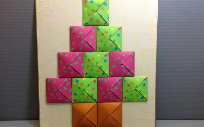 calendrier de l'avent, sapin en papier coloré, cadeaux cachés en enveloppes de papier