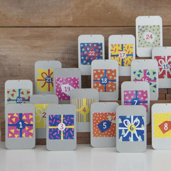 calendrier de Noel original, cartes en papier décorés avec des cadeaux cachés