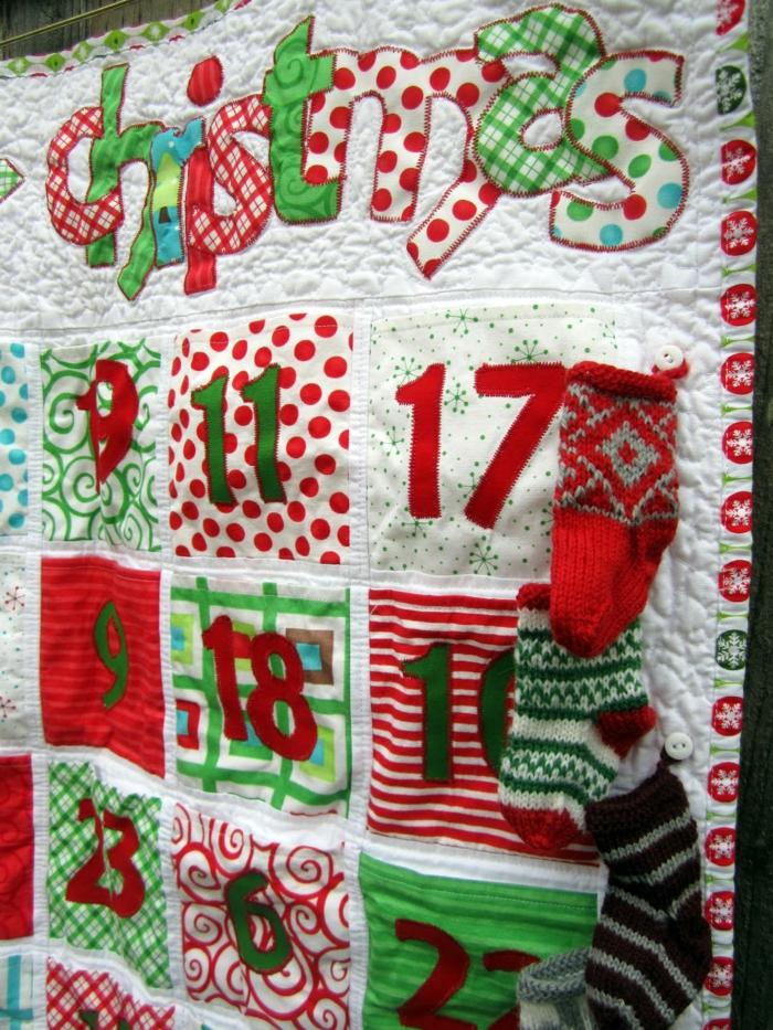 calendriers de l'avent, calendrier en tissu multicolore avec des chaussettes et des poches