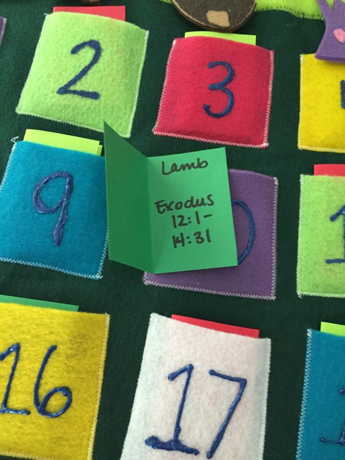 calendriers de l'avent, proverbes du Bible cachés dans des enveloppes en feutrine