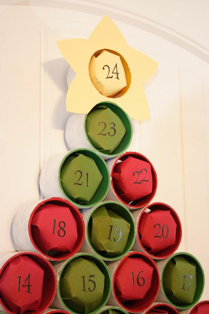 un arbre de noel avec des matériaux en papier coloré et des cadeaux cachés