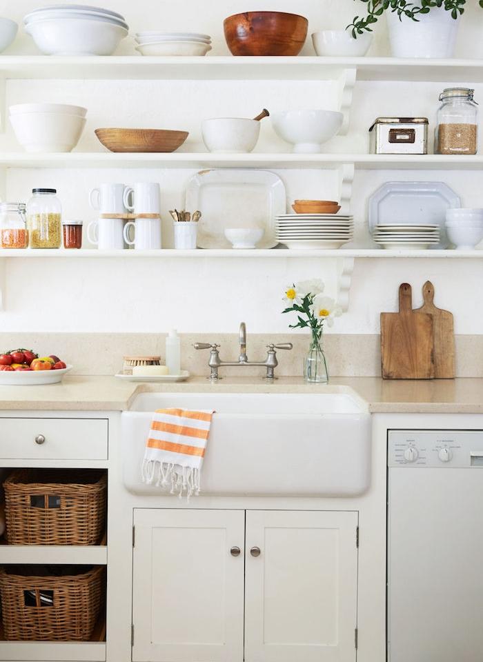 camapgne chic decoration cuisine blanche, panier de rangement rustiques en rotin, etageres blanches murales avec vaisselle blanche exposée