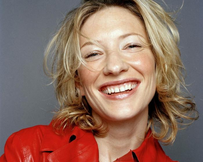 carré flou mi long, maquillage discret sur le visage de Cate Blanchett, veste rouge en simili cuir
