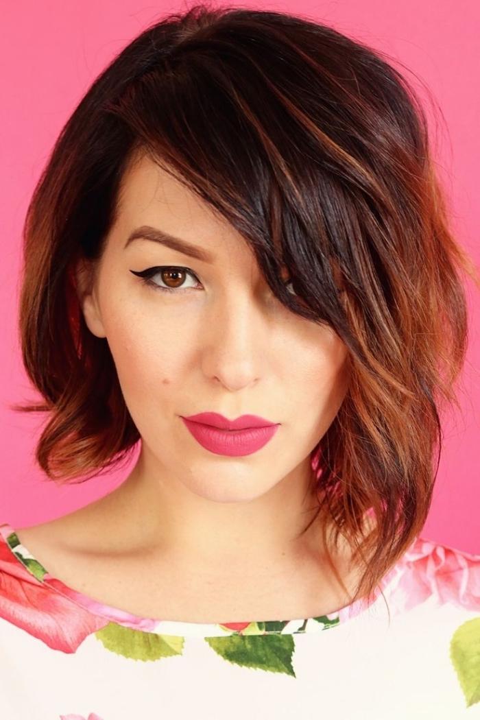 frange sur le côté, coiffure cheveux mi longs femme avec racines noires et pointes cuivrées, maquillage aux lèvres rose mat et eye-liner noir