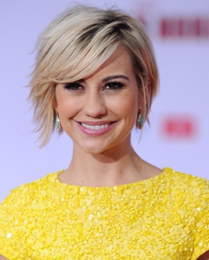 coiffure avec frange, robe jaune en paillettes avec manches courtes, maquillage aux lèvres rose et eye-liner noir