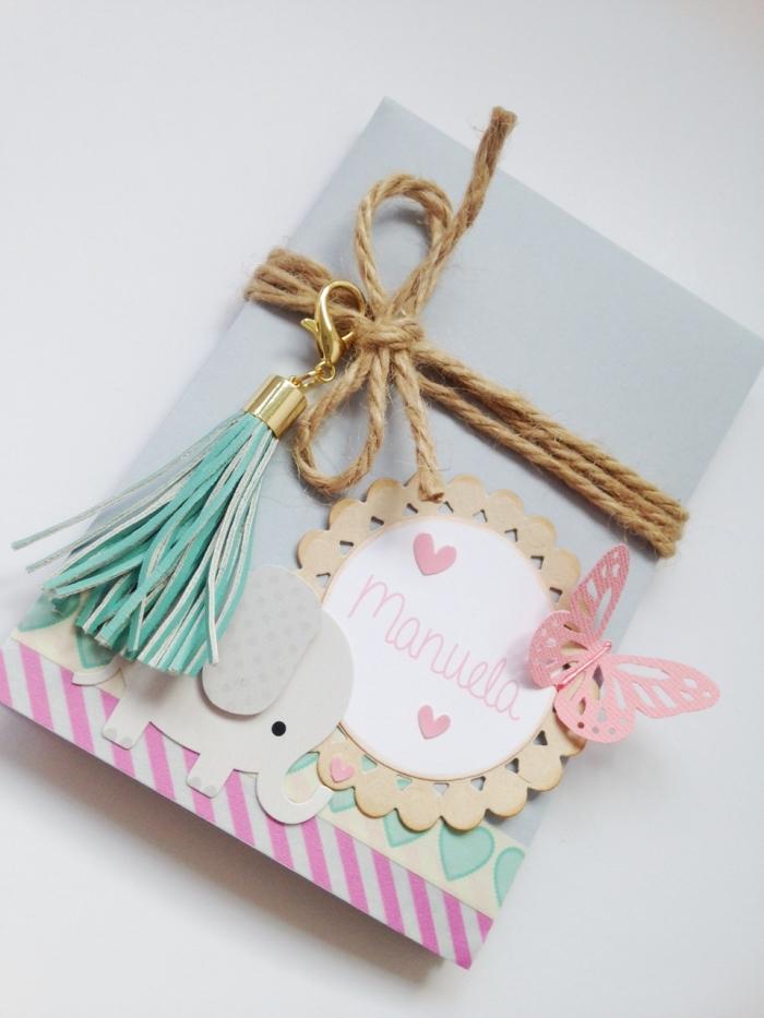 activité manuelle maternelle, faire une carte postale en papier bleu clair avec corde et papillon rose 3D