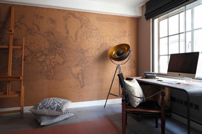 meuble style industriel, déco office maison avec papier peint à design carte de monde et carrelage de sol gris