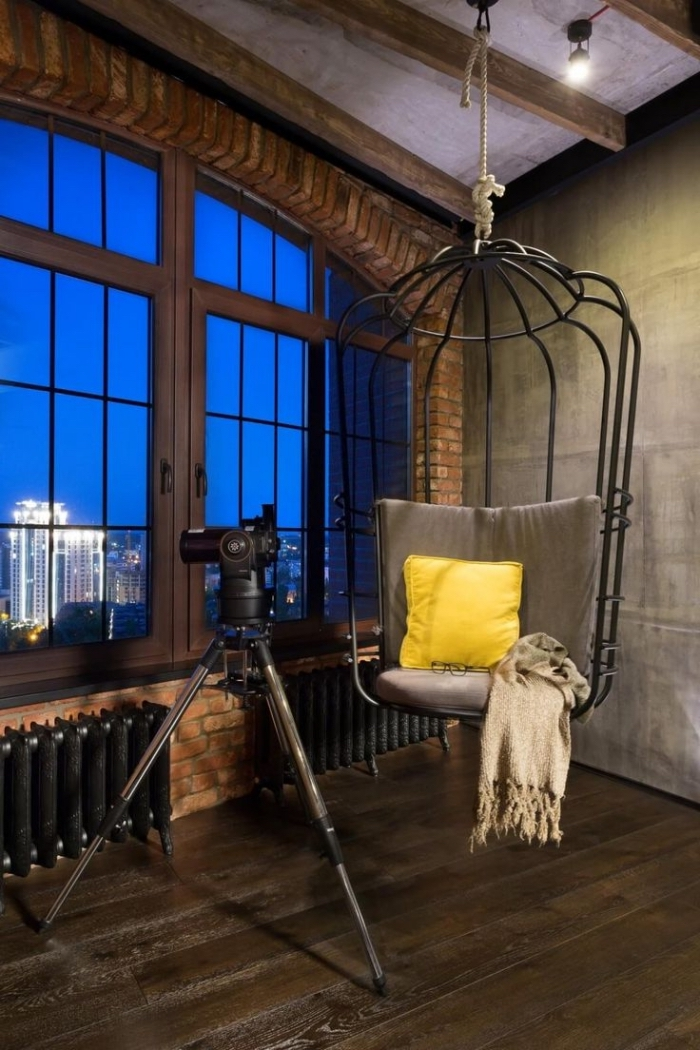 meuble industriel, décoration de salon loft aux murs en béton et briques avec plancher en bois foncé, modèle de chaise suspendue en fer noir