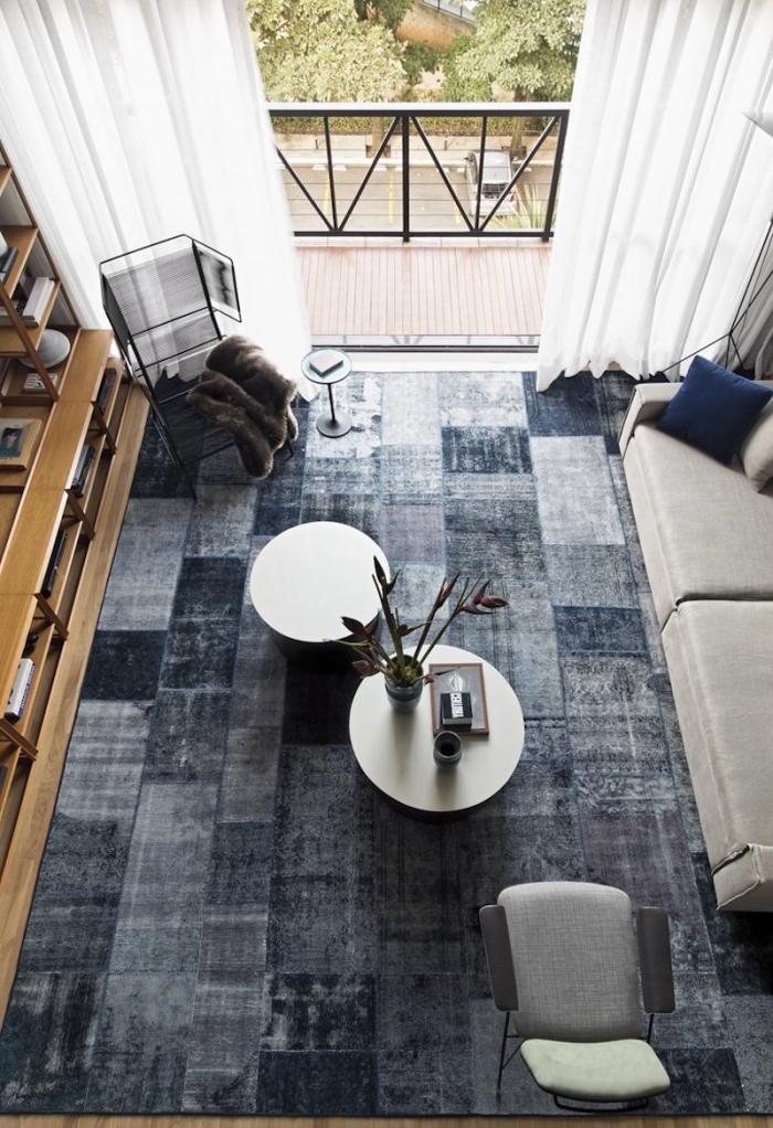 aménagement intérieur de style industriel loft, tapis rectangulaire à design carreaux nuances de gris et bleu