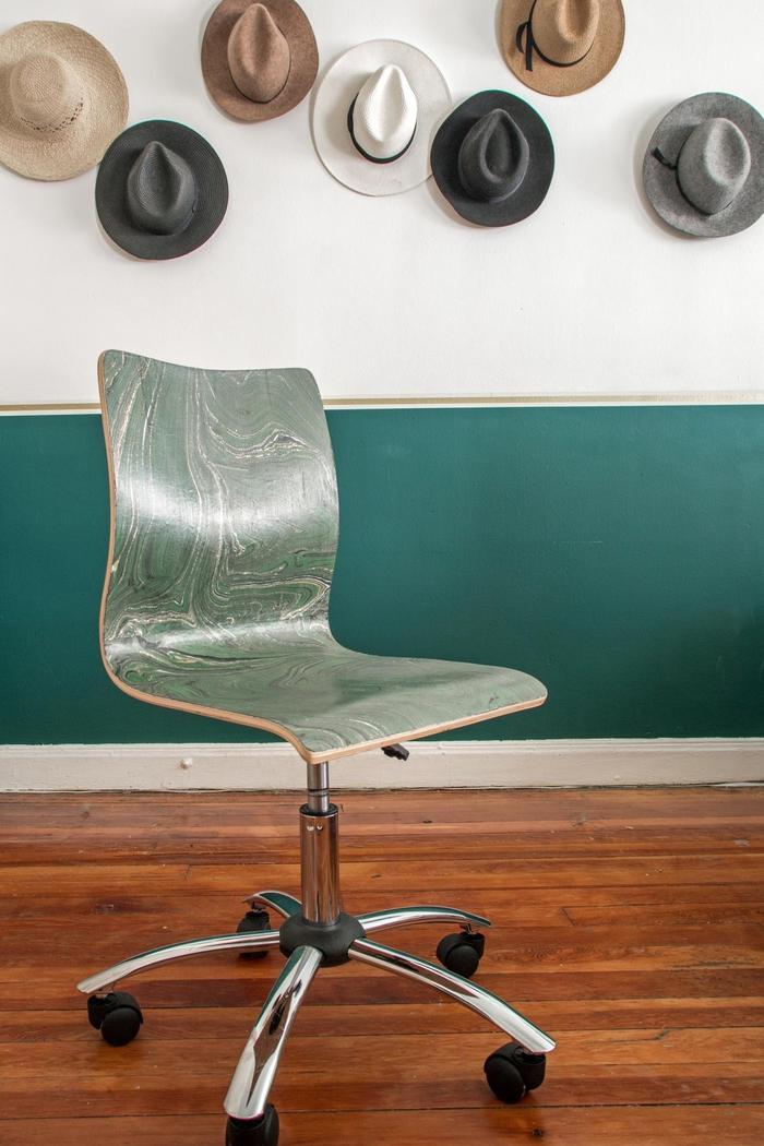 relooker des chaises en bois à petit budget grâce à la technique du décopatch