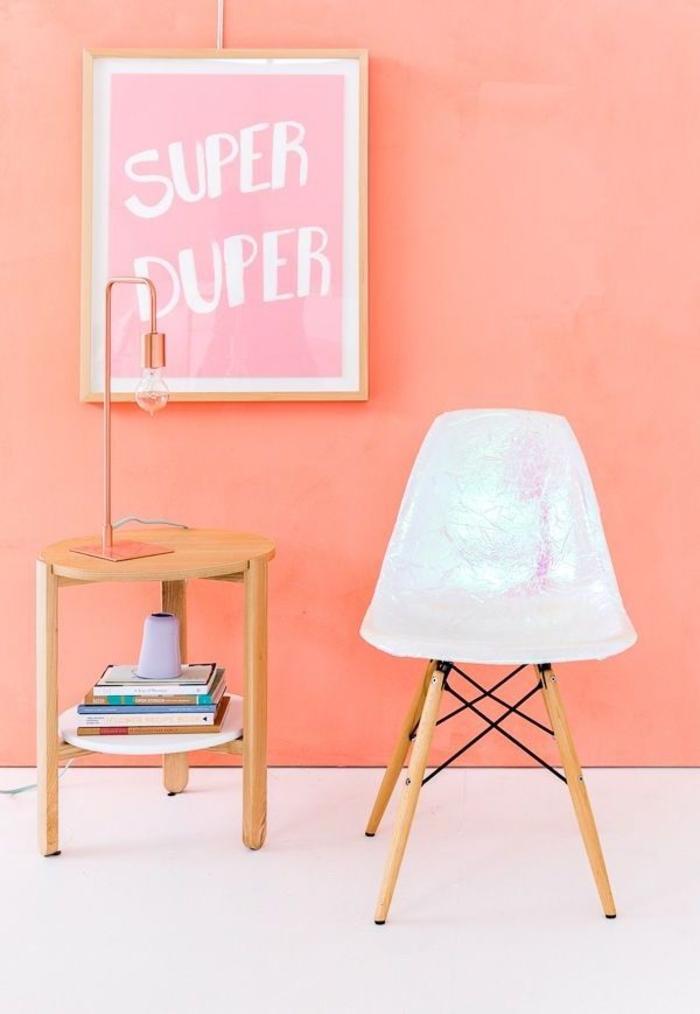 comment customiser un meuble pour lui donner un aspect chic et moderne, chaise vintage scandinave à effet holographique