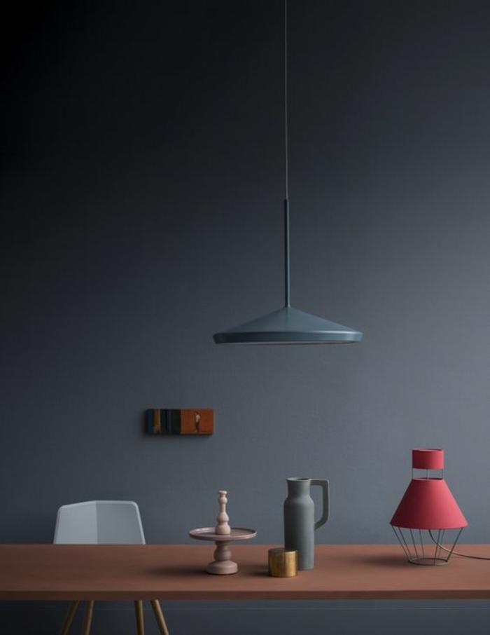 nuance de bleu couleur bleu gris ambiance avec luminaire suspendu en gris pastel et luminaire rose sur la table