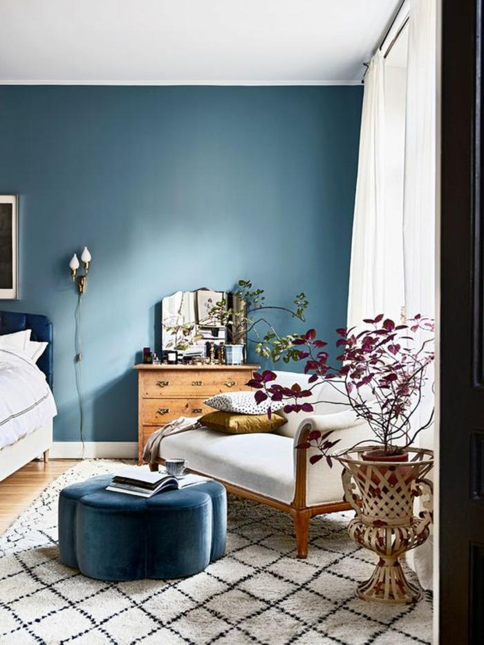 couleur bleu gris dans une chambre adulte bleu avec plafond blanc tapis en noir et blanc et des rideaux en organza blanc